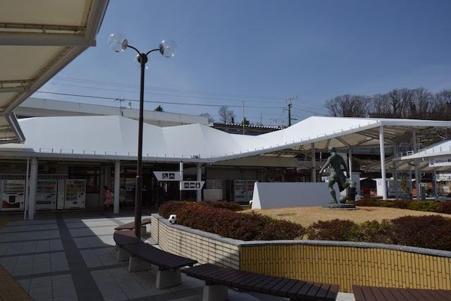 「サッカーの街」韮崎をPRする銅像とサッカーボールのモニュメント