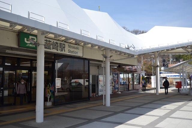 中央本線の高架下にある韮崎駅舎