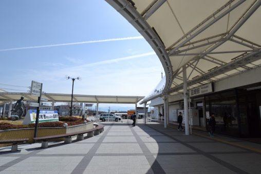 韮崎駅前のバスのりばや駐車場とを結ぶ白いテント屋根