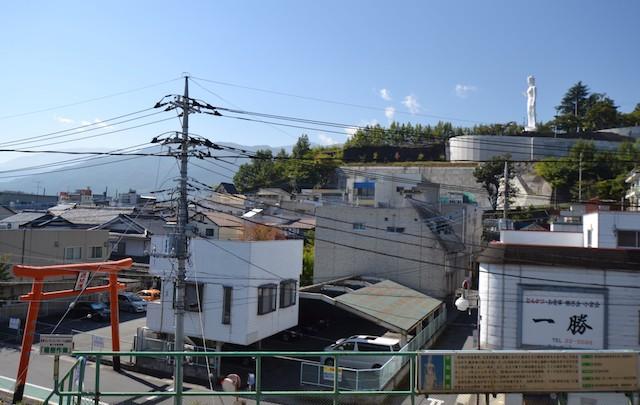七里岩の先に建立され韮崎の町を見守る平和観音