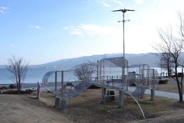 「諏訪湖ハイツ」前の公園にある不思議なカタチの遊具