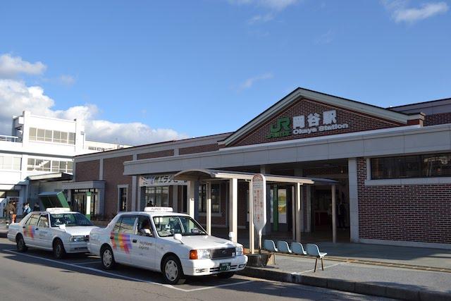 三角屋根の製糸工場をイメージしたレンガ調の岡谷駅舎