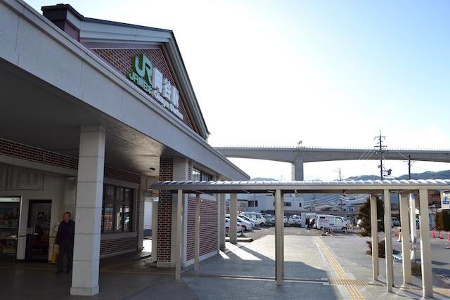岡谷駅舎の西方に見える長野自動車道の岡谷高架橋