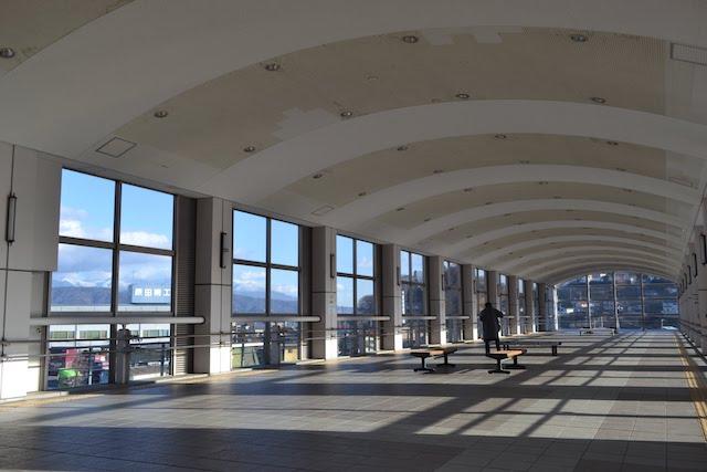 岡谷駅の歩行者跨線橋