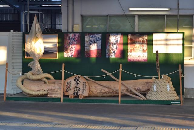 岡谷駅開業110年記念で2015(平成27)年に設置された模擬御柱