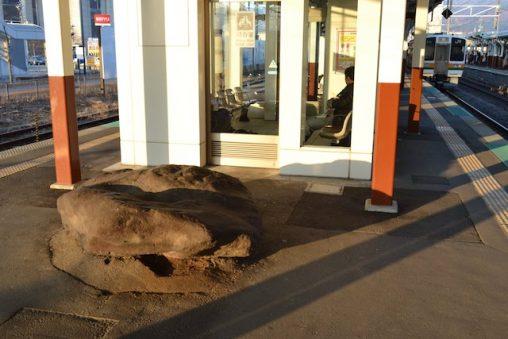 岡谷駅2・3番線ホーム待合室前にある謎の岩