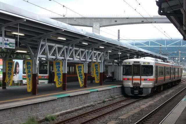 飯田線直通列車の多くは岡谷駅で折り返す