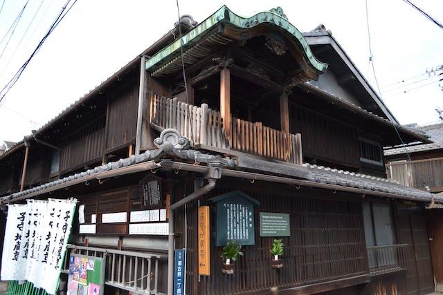 四間道の町家の屋根上に今も残る名古屋独特の風習「屋根神」