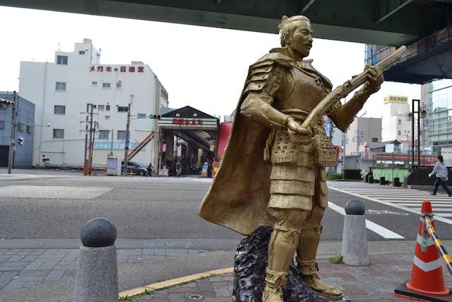 円頓寺交差点に立つ黄金色の織田信長像