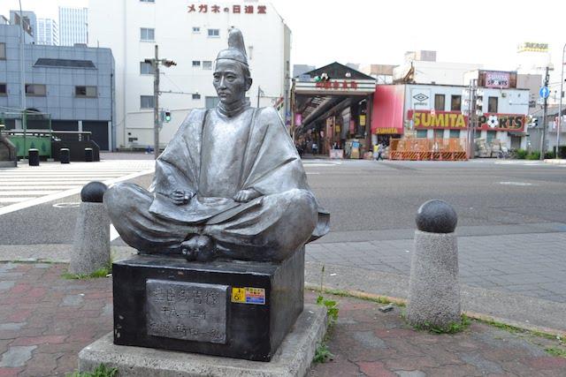円頓寺交差点に鎮座する銀色の豊臣秀吉像