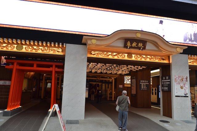 戦国武将が登場するイメージ映像が流れる萬松寺正面の横長巨大LEDスクリーン