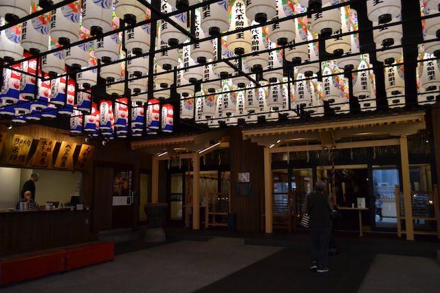 天井の提灯が淡くライトアップされ幻想的な萬松寺の身代不動明王