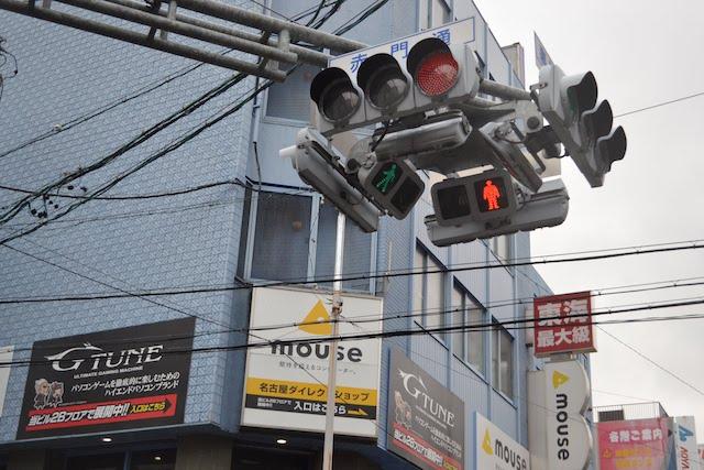 大須の赤門通と裏門前町通の交差点に設置されている4方向車両・歩行者用一体型信号機