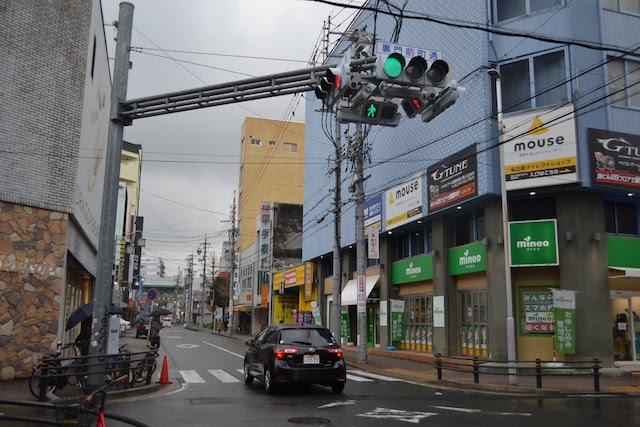 電脳の街・大須に似合うサイバーな4方向車両・歩行者用一体型信号機