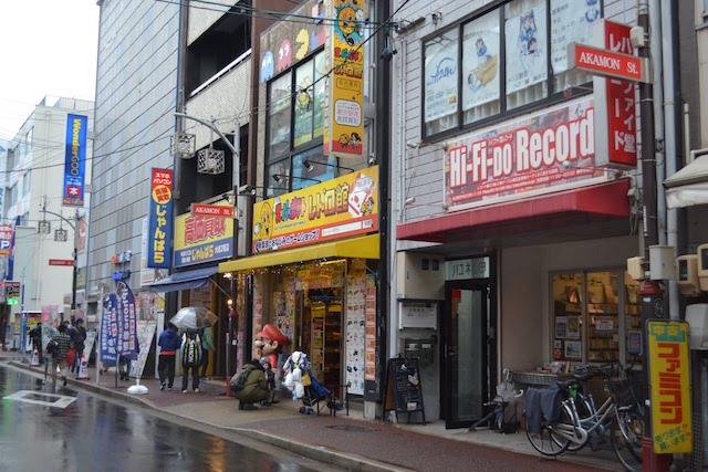 パソコン、ゲーム、レコードなど多彩な趣味に対応する赤門通の店舗群