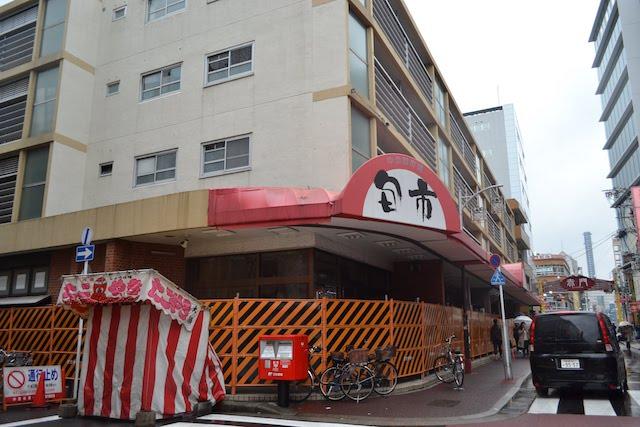 閉鎖されバリケードで囲まれた大須の中公設市場「旬市」
