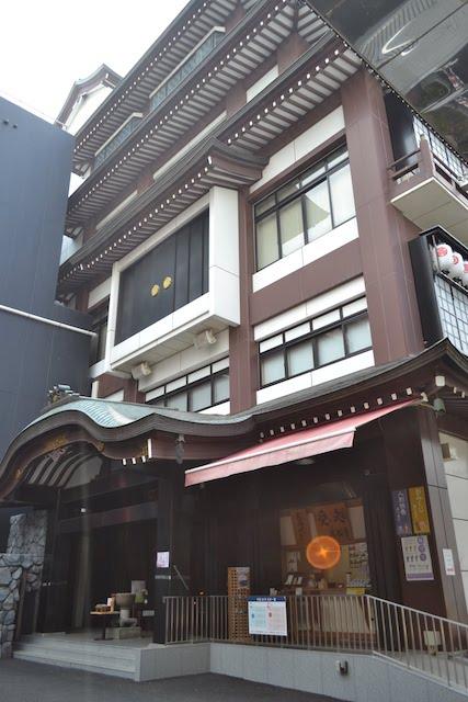 3階壁面からはからくり人形「信長」が1日5回登場する萬松寺本堂