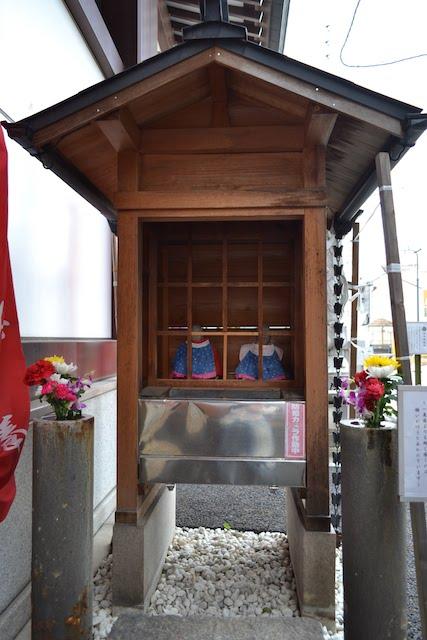 お参り前後にお地蔵様を持ち、軽く感じれば願いが叶うと言われる萬松寺の「重軽(おもかる)地蔵」