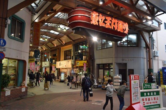 ふれあい広場から始まり西へ続く東仁王門通商店街