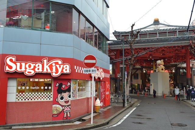 ラーメン店「スガキヤ」のマスコットキャラクター「スーちゃん」と巨大招き猫のコラボ