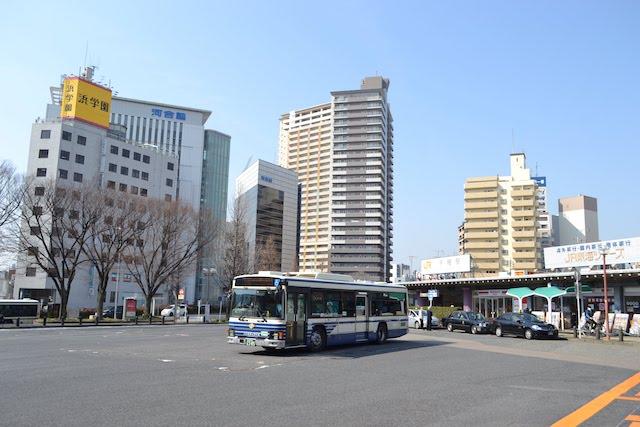千種駅前の広いロータリーで待機する名古屋市バス