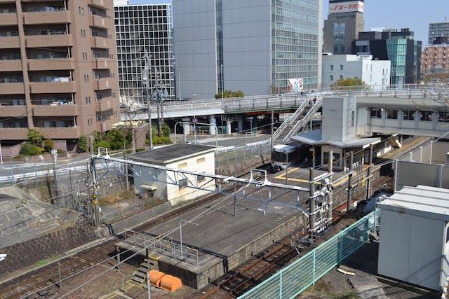 掘割を通るJR中央本線の千種駅ホーム