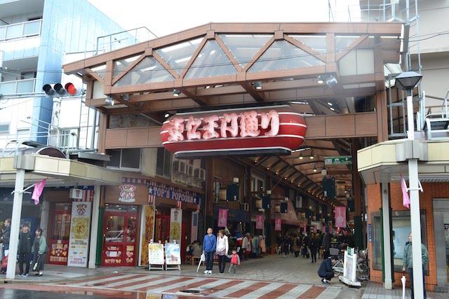 東西に長い東仁王門通商店街の入口