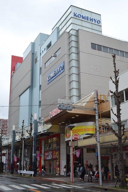 大須商店街の中心に建つリサイクル店「コメ兵名古屋本店 本館」