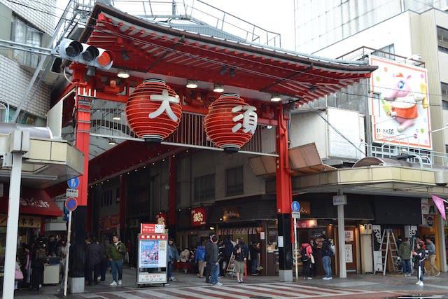 「大」「須」の大提灯が掲げられている仁王門通商店街の東側入口