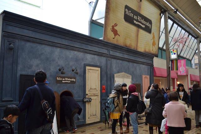 背の低い入口が話題となった大須観音通商店街にある「水曜日のアリス 名古屋」
