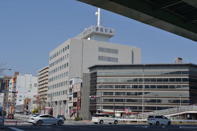 鶴舞公園前交差点北西の「名古屋通信ビル」