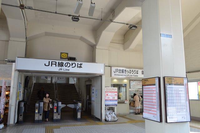 高架下の広い天井が印象的なJR鶴舞駅名大病院口