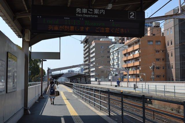名大病院口側と公園口側の間に上屋がない鶴舞駅ホーム