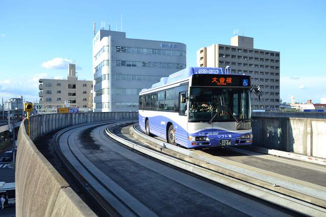 高架のバス専用軌道を走るガイドウェイバス「ゆとりーとライン」