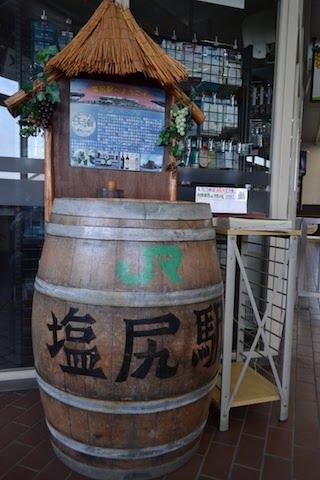 塩尻駅にはワイン樽製の記念スタンプ台も