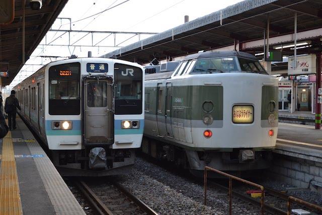 塩尻駅に停車中の211系普通列車と189系「おはようライナー」