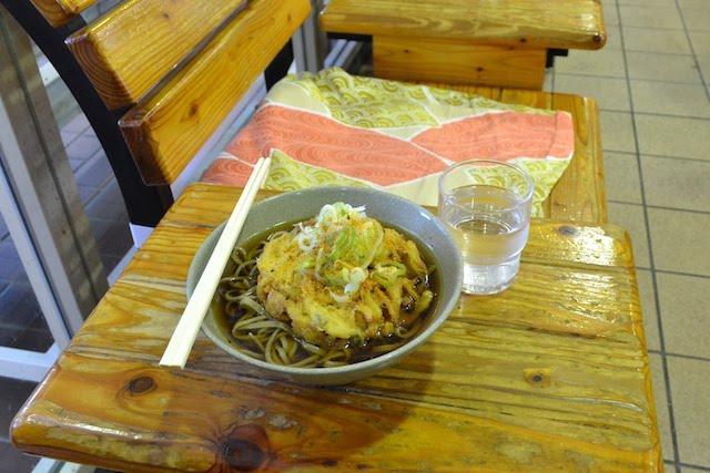 待合室ベンチでいただく「そば処桔梗」の「天ぷらそば」