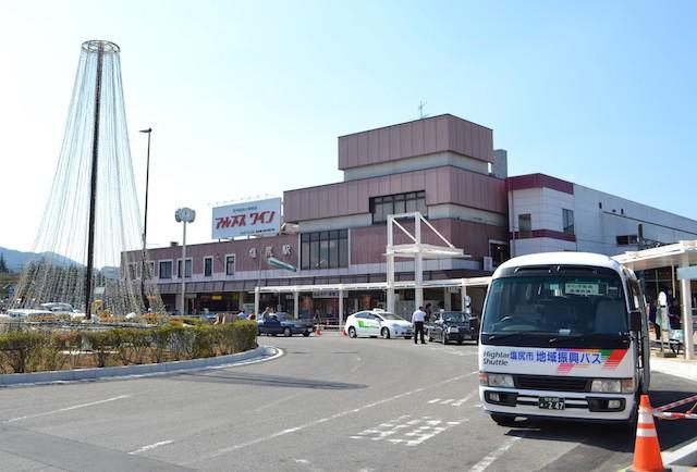 塩尻駅に乗り入れる塩尻市地域振興バス(駅舎はリニューアル前)