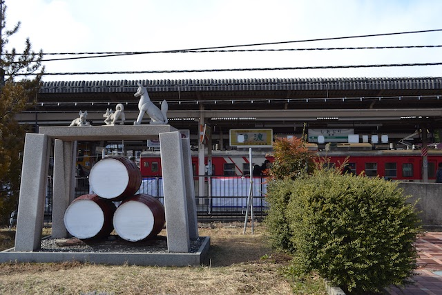 塩尻駅前にかつてあったワイン樽とキツネのモニュメント(2013年撮影)
