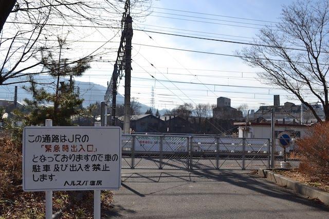 JRの「緊急時出入口」を示す旧塩尻駅敷地の看板