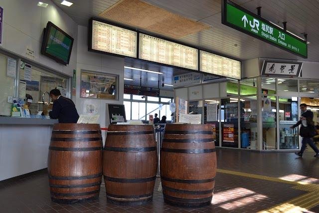 塩尻駅みどりの窓口にある、ワイン樽でできた記入台