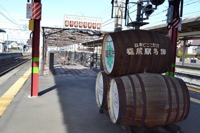「ホームのブドウ園」前に置かれたワイン樽モニュメント
