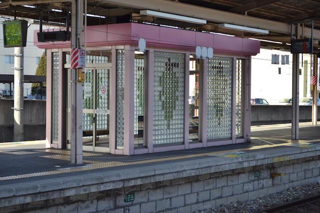 塩尻駅のホーム待合室にはぶどう柄のガラス