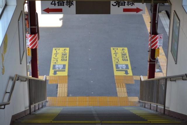 塩尻駅3・4番線ホームに残されたキツネの足あと