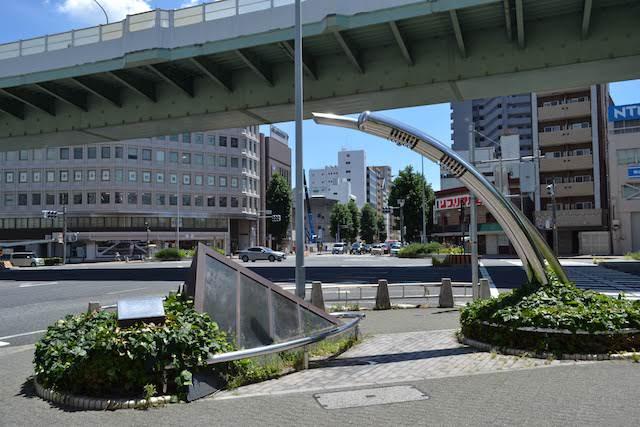 古渡城跡調査で発掘された陶管が展示されている名古屋市下水道80年記念モニュメント