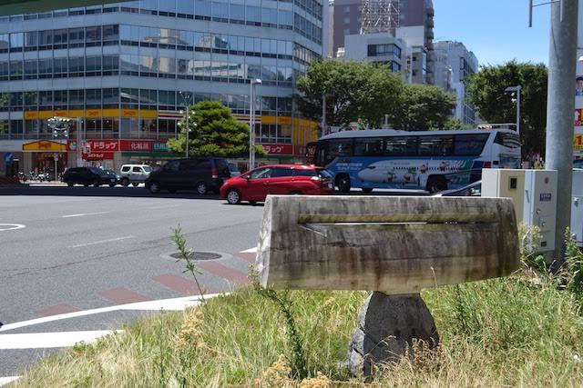 東新町交差点のピクシー記念碑そばにある謎のパブリックアート(?)