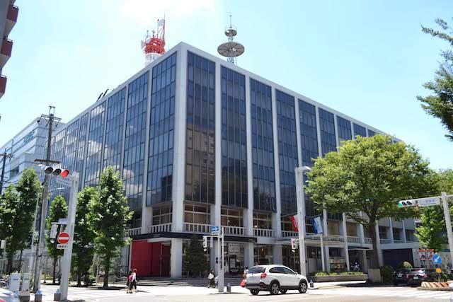 広小路通に面した本社社屋「CBC会館」と奥の「CBC放送センター」
