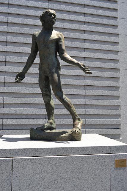 ヤマザキマザック美術館前に展示されているロダン作「ジャン・ド・フィエンヌ裸像」