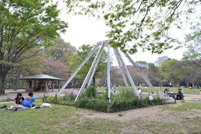 名城公園で午後のひとときを楽しむ人びと