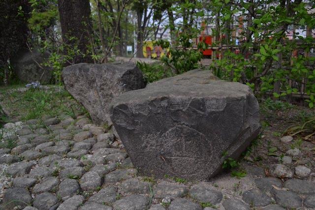 名城公園内に展示してある、名古屋築城の際に集められた大名の印が掘られた石